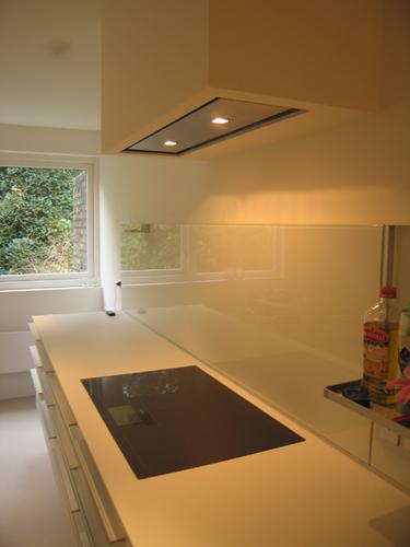 Oude keuken met apart afgesloten wasruimte vervangen door een nieuwe ...